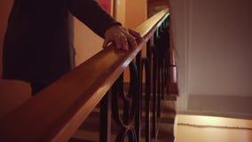 Το θηλυκό χέρι αγγίζει το ξύλινο κιγκλίδωμα απόθεμα βίντεο