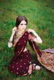 Το ινδικό κορίτσι με ασιατικό henna κοσμημάτων και σύνθεσης απευθύθηκε στο χέρι Ινδό πρότυπο κορίτσι Brunette με τα ινδικά κοσμήμ στοκ εικόνα