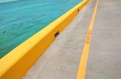 Το κίτρινο δεν διασχίζει τη γραμμή στην προκυμαία στοκ φωτογραφία