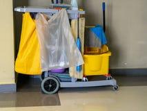 Το καθαρίζοντας κάρρο εργαλείων περιμένει τον καθαριστή Κάδος και σύνολο καθαρίζοντας εξοπλισμού στο γραφείο janitor υπηρεσία jan στοκ εικόνες