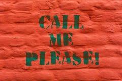 Το κείμενο γραψίματος λέξης με καλεί παρακαλώ Επιχειρησιακή έννοια για τη ζήτηση την επικοινωνία τηλεφωνικώς να μιλήσει για κάτι στοκ εικόνες