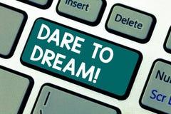 Το κείμενο γραψίματος λέξης τολμά να ονειρευτεί Η επιχειρησιακή έννοια για δεν είναι φοβισμένη έχει το μεγάλο πληκτρολόγιο στόχων στοκ εικόνες
