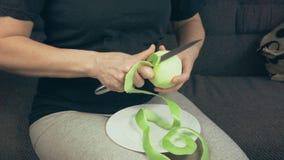 Το κορίτσι καθαρίζει την πράσινη Apple