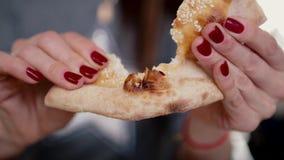 Το κορίτσι κρατά το ψωμί στα χέρια της, που σπάζουν το απόθεμα βίντεο