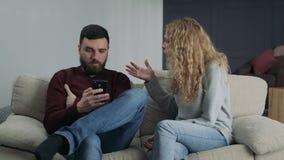 Το κορίτσι κραυγάζει στο φίλο της, ο οποίος δακτυλογραφεί στο τηλέφωνο απόθεμα βίντεο
