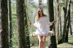 Το κορίτσι στο άσπρο φόρεμα κοντά στη σημύδα στοκ φωτογραφίες με δικαίωμα ελεύθερης χρήσης