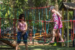 Το κορίτσι συμμετέχει στη γυμναστική στην παιδική χαρά στοκ εικόνα