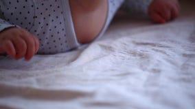 Το κοριτσάκι δίνει το πρωί κρεβατοκάμαρων απόθεμα βίντεο