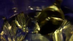Το κουτάλι ανακατώνει το φάρμακο το νερό σε ένα γυαλί