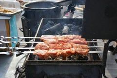 Το κρέας είναι μαγειρευμένο ψημένος στη σχάρα Σχάρα στους άνθρακες στοκ εικόνες με δικαίωμα ελεύθερης χρήσης
