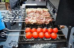Το κρέας είναι μαγειρευμένο ψημένος στη σχάρα Σχάρα στους άνθρακες στοκ φωτογραφία