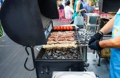 Το κρέας είναι μαγειρευμένο ψημένος στη σχάρα Σχάρα στους άνθρακες στοκ φωτογραφίες