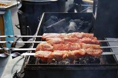 Το κρέας είναι μαγειρευμένο ψημένος στη σχάρα Σχάρα στους άνθρακες στοκ φωτογραφίες με δικαίωμα ελεύθερης χρήσης