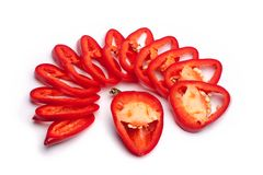 Το κόκκινο πιπέρι κουδουνιών που τεμαχίζεται στα δαχτυλίδια και ένα κομμάτι του πιπεριού μοιάζει με ένα χαμόγελο άσπρο απομονωμέν στοκ εικόνες με δικαίωμα ελεύθερης χρήσης