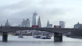 Το Λονδίνο μεταφέρει το σταυρό ο ορίζοντας πόλεων στην αυγή απόθεμα βίντεο