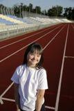 Το μικρό κορίτσι έχει τη διασκέδαση στο στάδιο στοκ εικόνες με δικαίωμα ελεύθερης χρήσης