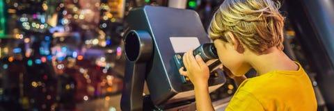 Το μικρό παιδί εξετάζει τη εικονική παράσταση πόλης της Κουάλα Λουμπούρ Πανοραμική άποψη του βραδιού οριζόντων πόλεων της Κουάλα  στοκ εικόνα με δικαίωμα ελεύθερης χρήσης