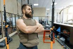 Το μυϊκό καυκάσιο γενειοφόρο ενήλικο άτομο πορτρέτου στη γυμναστική, έντυσε στην αλεξίσφαιρη θωρακισμένη φανέλλα, στρατιωτικός αθ στοκ εικόνες