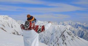 Το νέο επαγγελματικό snowboarder χαλαρώνει επάνω τη στιγμή στο γαλλικό χιονοδρομικό κέντρο ορών απόθεμα βίντεο