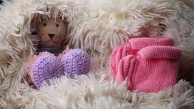 Το νεογέννητο μαλλί μωρών ντύνει το παιχνίδι παπουτσιών αντέχει απόθεμα βίντεο