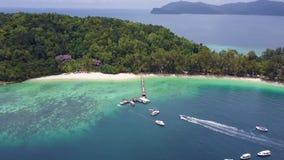 Το νησί Manukan, βάρκα έφθασε στην αποβάθρα απόθεμα βίντεο
