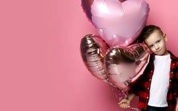 Το δροσερό παιδί μικρών παιδιών στο κόκκινο πουκάμισο με ballons καρδιών περιμένει συναντιέται ή έτοιμος να συγχάρει κάποιο με δι στοκ εικόνες με δικαίωμα ελεύθερης χρήσης