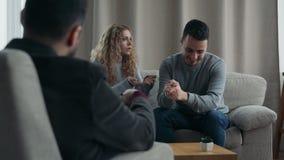 Το δυστυχισμένο ζεύγος λύνει τα προβλήματα στις σχέσεις επισκεμμένος τον οικογενειακό σύμβουλο απόθεμα βίντεο