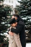 Το ρομαντικό νέο ζεύγος έχει τη διασκέδαση υπαίθρια το χειμώνα στοκ φωτογραφία με δικαίωμα ελεύθερης χρήσης