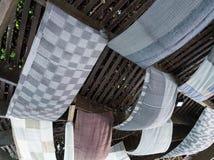 Το ύφασμα μεταξιού είναι διακοσμημένο στην ξύλινη στέγη στοκ εικόνα με δικαίωμα ελεύθερης χρήσης