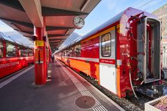 Το σαφές κόκκινο τραίνο Bernina μέσω των Άλπεων στοκ εικόνα με δικαίωμα ελεύθερης χρήσης
