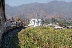Το σαφές τραίνο περνά τη συγκεκριμένη άσπρη γέφυρα στοκ εικόνα