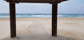 Το συγκεκριμένο ίχνος στην άμμο προοριζόμενη για τα με ειδικές ανάγκες άτομα πηγαίνει στη θάλασσα στοκ εικόνα