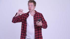 Το τονισμένο νέο παχύ άτομο hipster με τη μεγάλη χρησιμοποίηση κοιλιών τηλεφωνά και να πάρει τις κακές ειδήσεις απόθεμα βίντεο