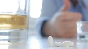 Το τρυπημένο απογοητευμένο και άρρωστο πρόσωπο καταναλώνει το οινόπνευμα και το τσιγάρο του φαρμάκου φιλμ μικρού μήκους