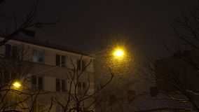 Το χιόνι νύχτας σκουπίζει το φανάρι, χειμώνας φιλμ μικρού μήκους