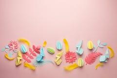 Το υπόβαθρο Πάσχας papercraft, το διάφορο λαγουδάκι τελών αυγών και τα floral λουλούδια εγγράφου origami στο ρόδινο υπόβαθρο, επί στοκ εικόνες