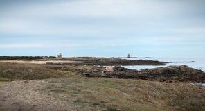 Το υπόλοιπο foghorn, ένας σηματοφόρος και μια βάρκα δένουν Pointe du But στο νησί Yeu στοκ φωτογραφίες