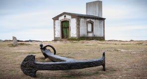 Το υπόλοιπο foghorn, ένας σηματοφόρος και μια βάρκα δένουν Pointe du But στο νησί Yeu στοκ εικόνες