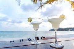 Το παγωμένο ποτήρι του κοκτέιλ βότκας στην παραλία στοκ φωτογραφία