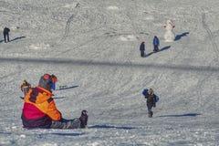 Το παιδί προετοιμάζεται να κατεβεί από το λόφο στοκ φωτογραφίες