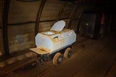Το παλαιά βαγόνι εμπορευμάτων τουαλετών και το ορυχείο μετάλλων εκπαιδεύουν στη σήραγγα ορυχείων με τον ξύλινο εφοδιασμό με ξύλα στοκ φωτογραφίες με δικαίωμα ελεύθερης χρήσης