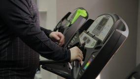 Το παχύ άτομο παίρνει treadmill στη γυμναστική απόθεμα βίντεο