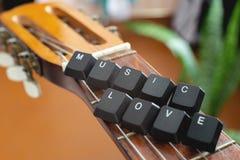 Το πληκτρολόγιο κουμπώνει τη μουσική εγγραφής αγαπά πάνω από την ακουστική κιθάρα Ξύλινη ανασκόπηση στοκ φωτογραφία με δικαίωμα ελεύθερης χρήσης