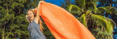 Το πορτρέτο θερινού τρόπου ζωής της γυναίκας διογκώνει έναν διογκώσιμο πορτοκαλή καναπέ στην παραλία του τροπικού νησιού Χαλάρωση στοκ φωτογραφίες με δικαίωμα ελεύθερης χρήσης