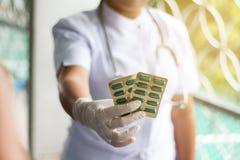Το πορτρέτο, θηλυκός γιατρός κρατά το φάρμακο στοκ εικόνες με δικαίωμα ελεύθερης χρήσης