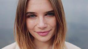 Το πορτρέτο κινηματογραφήσεων σε πρώτο πλάνο της γυναίκας, αέρας φυσά την τρίχα της απόθεμα βίντεο