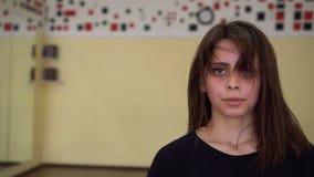 Το πορτρέτο της υγιούς γυναίκας ικανότητας κούρασε μετά από τη άσκηση δύναμης στη στήριξη γυμναστικής απόθεμα βίντεο