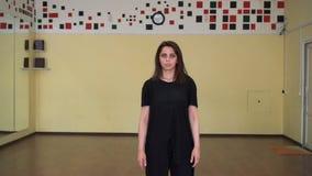 Το πορτρέτο του υγιούς κοριτσιού χορευτών κούρασε μετά από τη άσκηση δύναμης στη στήριξη αιθουσών χορού απόθεμα βίντεο
