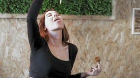 Το προκλητικό κορίτσι τρώει το γρήγορο φαγητό Χυμένα τηγανητά στο στόμα σας Η έννοια της κοινωνίας παχυσαρκίας και της φτωχής δια απόθεμα βίντεο
