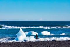 Το πρόσωπο στην παραλία διαμαντιών με τον πάγο Ισλανδία ΕΙΝΑΙ Ευρώπη στοκ φωτογραφίες